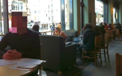 Bewerbungsgespräch mitten in einer Starbucks-Filiale